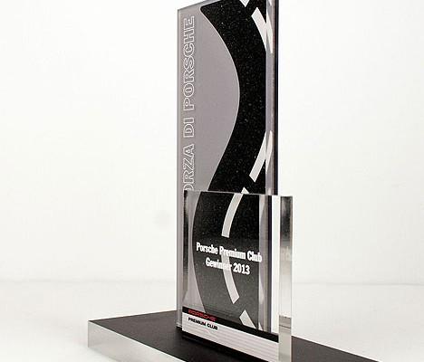 3D Werbetechnik der feinsten Art. Ausgefräste Straßenform mit Klebung und Bedruckung des Acrylglases im Direktdruck